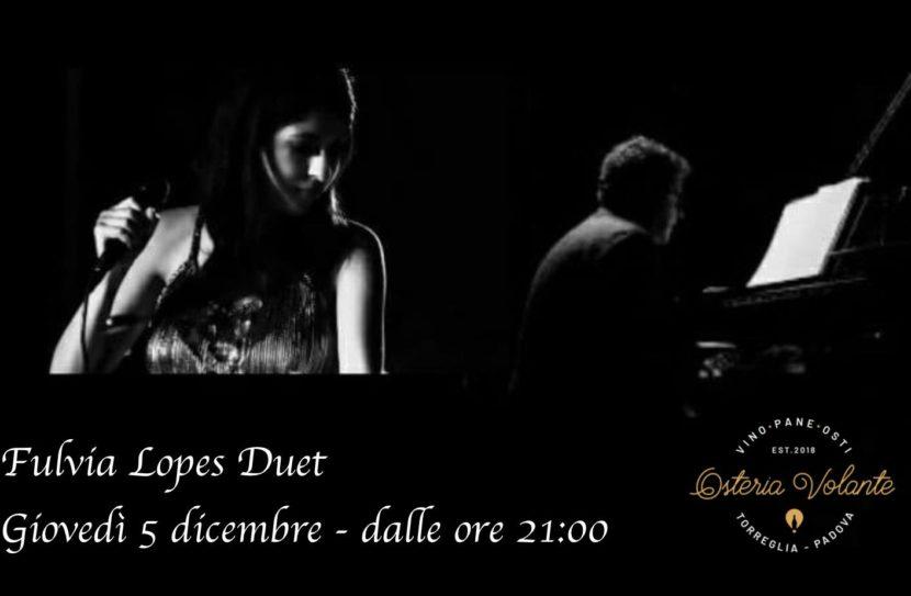 Fulvia Lopes Duet mentre canta accompagnata da un uomo che suona il piano