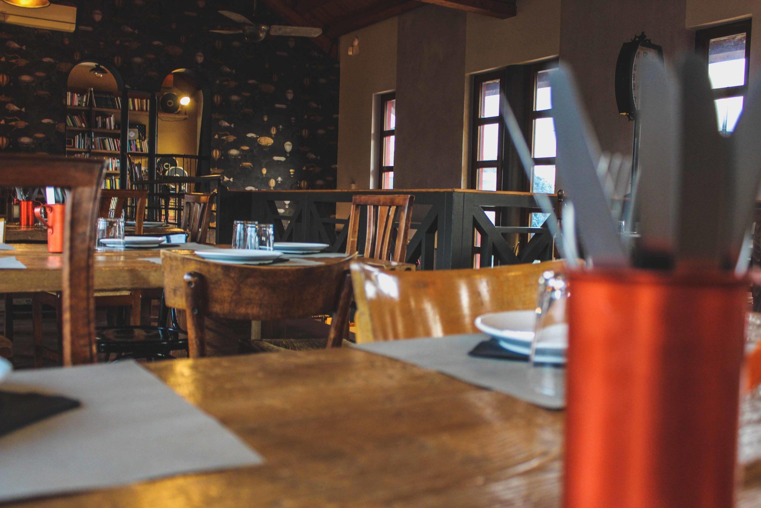 sala ristorante con tavoli preparati