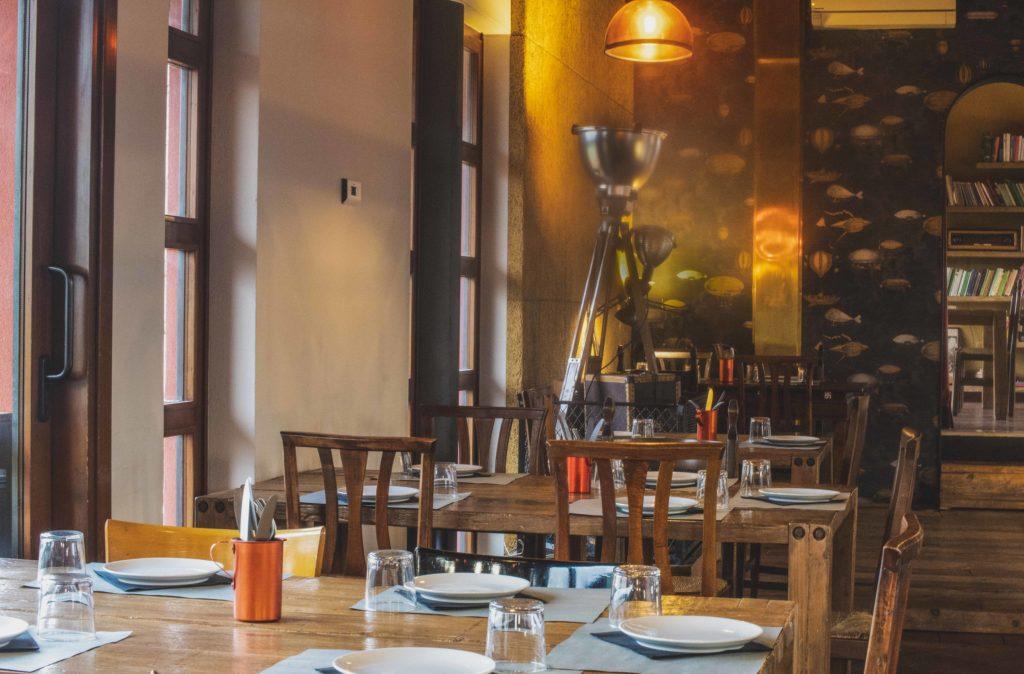 sala ristorante illuminata da ampie vetrate