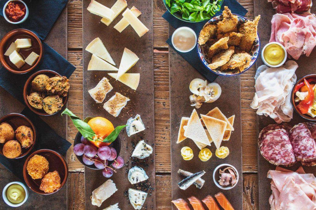 prodotti quattro taglieri con formaggi, carne, pesce e verdure