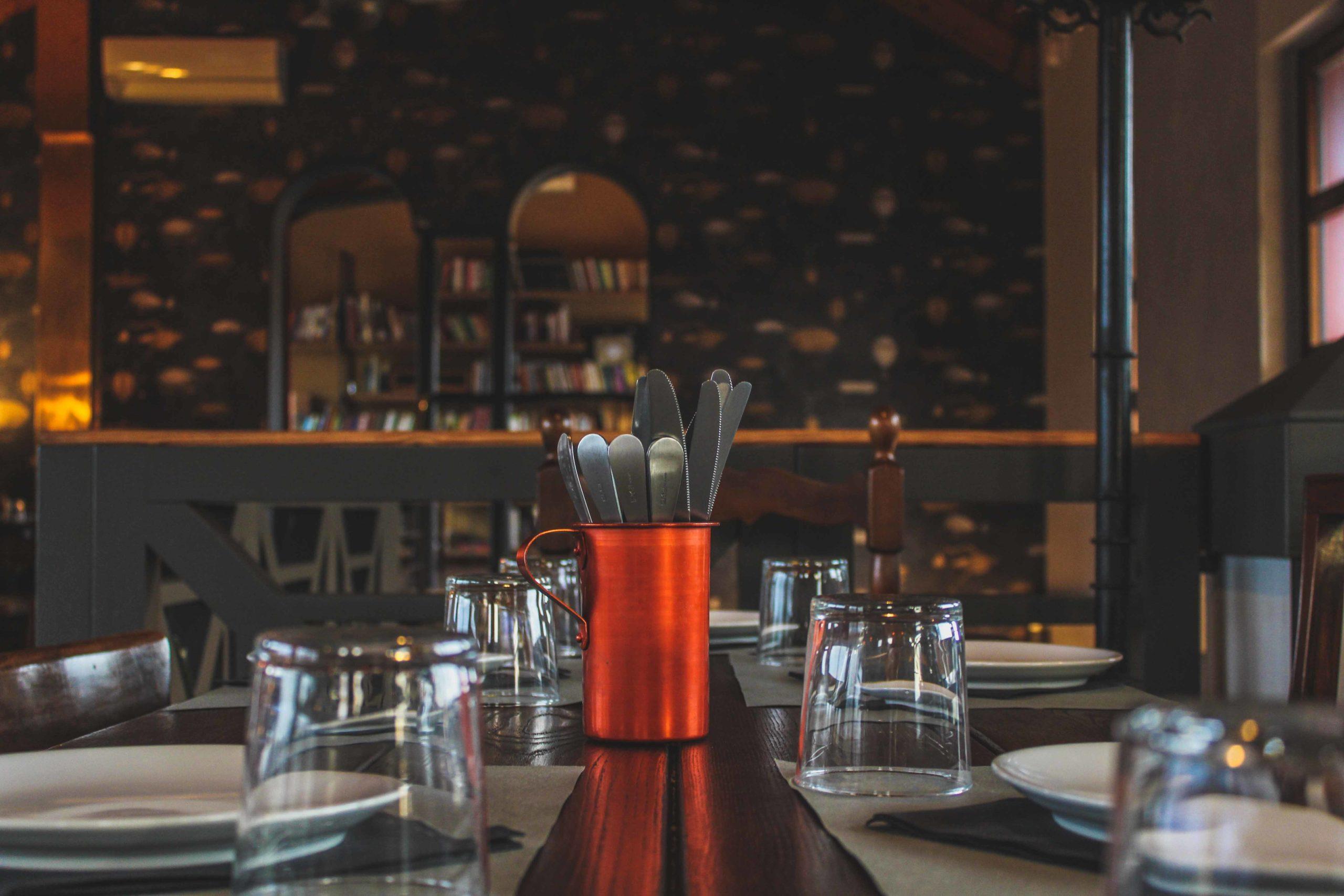 tavolo con posate e bicchieri