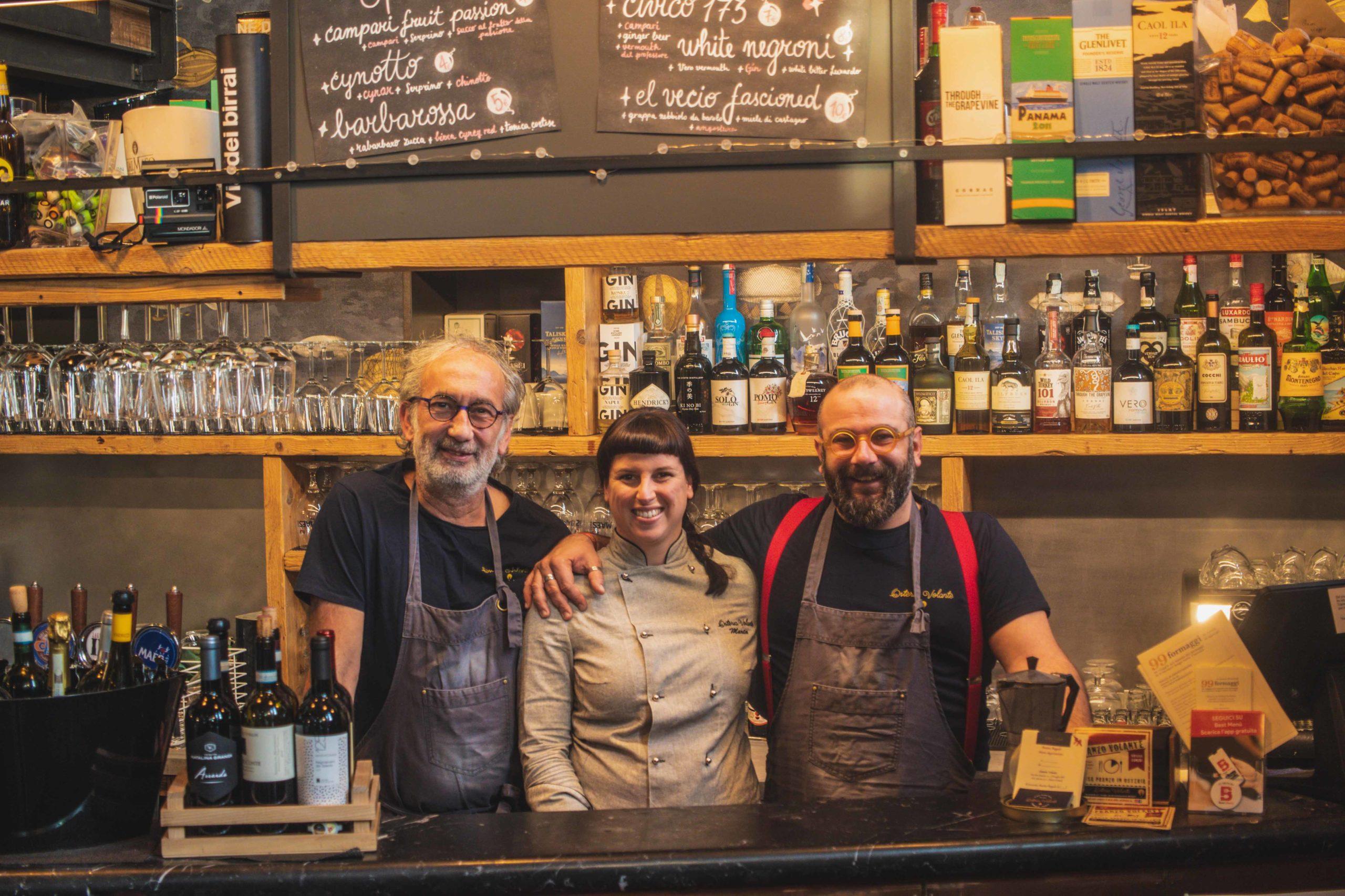 storia tre osti sorridenti all'angolo bar